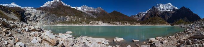 Paisajes panorámicos hermosos de las montañas de Himalaya a lo largo de Manas Fotografía de archivo