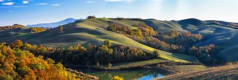 Paisajes rurales idílicos y Rolling Hills de Toscana en otoño imagen de archivo libre de regalías