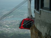 Paisajes suizos hermosos con el ferrocarril de cable de las monta?as de la nieve imagenes de archivo