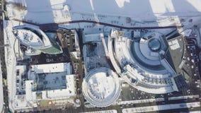 Paisajes urbanos, edificios de oficinas de la alta subida y rascacielos en la ciudad, luz del día del invierno, visión superior e almacen de metraje de vídeo