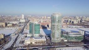 Paisajes urbanos, edificios de oficinas de la alta subida y rascacielos en la ciudad, luz del día del invierno, visión superior e metrajes
