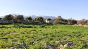 Paisajes verdes en el lugar histórico antiguo Aptera en la isla de Creta imagenes de archivo