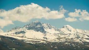 Paisajes y montañas de Armenia Las nubes se mueven sobre los picos nevosos de las montañas en Armenia Lapso de tiempo metrajes