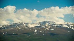 Paisajes y montañas de Armenia Las nubes se mueven sobre los picos nevosos de las montañas en Armenia Lapso de tiempo almacen de metraje de vídeo
