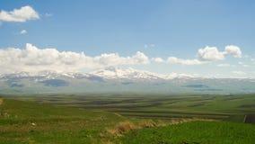 Paisajes y montañas de Armenia Las nubes se mueven sobre los picos nevosos de las montañas en Armenia Lapso de tiempo almacen de video