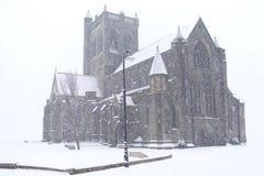 Paisley Abbey Cathedral Snow Covered White i skotskt oväntat hårt väder Royaltyfri Bild