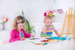 paiting在木画架的孩子 免版税库存图片