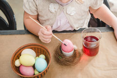 paiting复活节彩蛋的女孩 库存图片