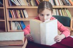 Paixão bonito da menina para ler foto de stock
