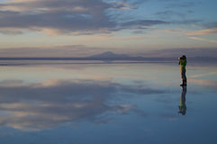 Paixão da fotografia durante o por do sol no salar de Uyuni Fotos de Stock