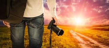 A paixão da pessoa da foto do dslr da câmera fotográfica do fotógrafo excede imagens de stock royalty free