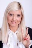 Paix femelle faisant des gestes avec la main, d'isolement sur le blanc Photo stock