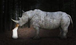 Paix surréaliste, espoir, amour, nature, rhinocéros de baiser de fille Photo libre de droits