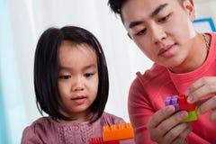 Paizinho asiático que tem o divertimento com filha imagem de stock royalty free