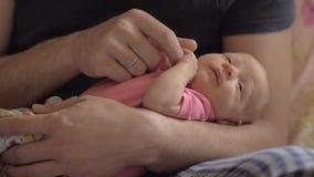 Paizinho com a filha recém-nascida nas mãos video estoque
