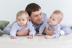 Paizinho com meninos gêmeos foto de stock