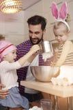 Paizinho com seus bebês na cozinha Foto de Stock Royalty Free
