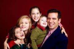 Paizinho com suas quatro crianças Fotos de Stock