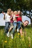 Paizinho da equitação da família Fotografia de Stock