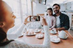 Paizinho das fotografias da mãe com a filha no telefone celular imagens de stock royalty free