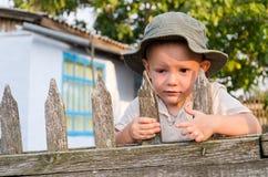 Paizinho de espera do rapaz pequeno a vir Fotografia de Stock