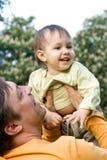 Paizinho e bebê de sorriso Fotografia de Stock Royalty Free