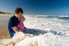 Paizinho e daugher na praia Fotos de Stock