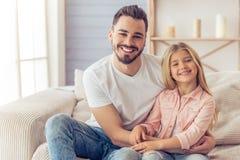 Paizinho e filha em casa imagem de stock