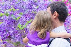 Paizinho e filha no fundo da madeira roxa Fotografia de Stock Royalty Free