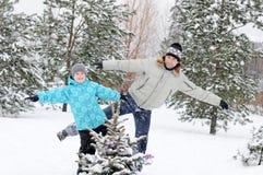 Paizinho e filho que andam no parque do inverno Imagem de Stock Royalty Free
