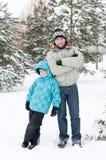 Paizinho e filho que andam no parque do inverno Imagens de Stock Royalty Free