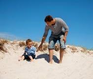 Paizinho e filho que apreciam e que têm o divertimento Foto de Stock Royalty Free