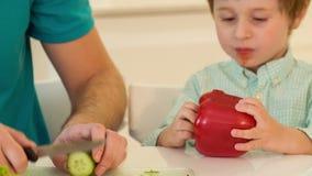 Paizinho e filho que cozinham junto video estoque