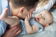 Paizinho feliz com filha Fotografia de Stock Royalty Free