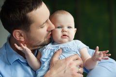 Paizinho feliz com filha Fotografia de Stock