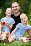 Paizinho feliz com meninos gêmeos Imagem de Stock Royalty Free