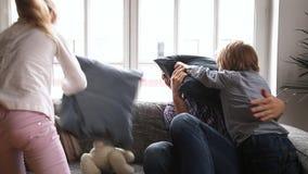 Paizinho feliz que tem a luta de descanso com duas crianças em casa filme