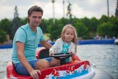 Paizinho novo e sua equitação da menina em um airboat Imagens de Stock Royalty Free