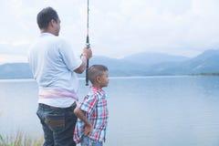 Paizinho para ensinar sua pesca do filho foto de stock royalty free