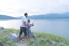 Paizinho para ensinar sua pesca do filho imagem de stock