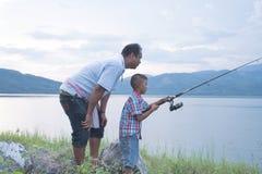 Paizinho para ensinar sua pesca do filho imagem de stock royalty free