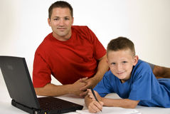 Paizinho que ajuda com trabalhos de casa Fotografia de Stock Royalty Free