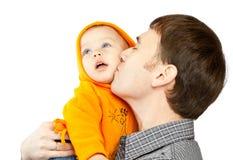 Paizinho que beija a filha fotografia de stock royalty free
