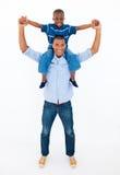 Paizinho que dá o passeio do sobreposto do filho foto de stock royalty free