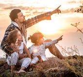 Paizinho que joga com as duas filhas bonitos pequenas foto de stock royalty free