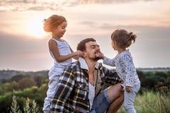 Paizinho que joga com as duas filhas bonitos pequenas fotos de stock royalty free