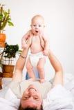 Paizinho que joga com bebê Fotografia de Stock
