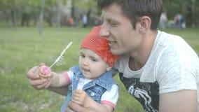 Paizinho que joga com a filha bonita pequena no parque conceito de família do amor vídeos de arquivo