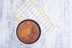 Paj i den runda formen som är klar för kaka På bordduken i en bur På en vit träbakgrund och ett fritt utrymme för text Royaltyfri Foto