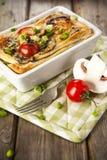 Paj Lorraine med höna, champinjoner, broccoli och tomater Royaltyfri Foto
